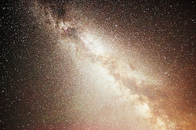 Lebendiger nachthimmel mit sternen und nebel und galaxie.