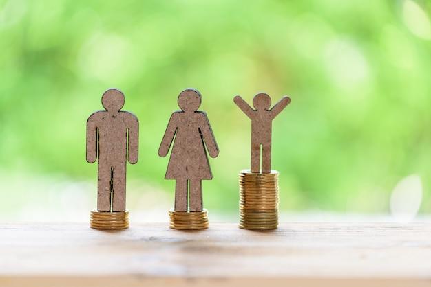 Lebenserfolgskonzept, männlicher miniaturstand auf goldenen stapelmünzen