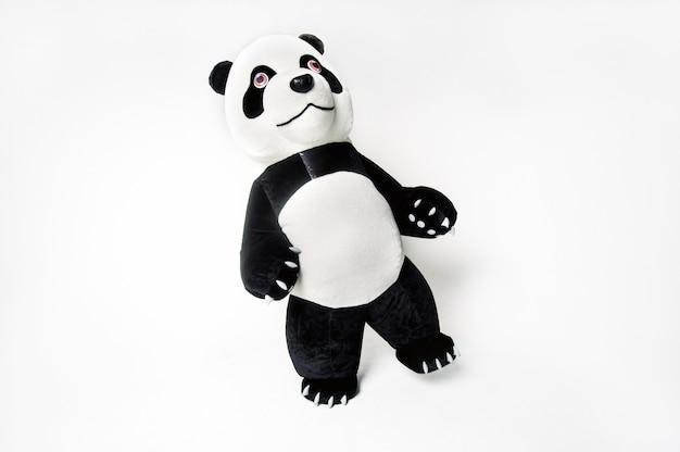 Lebensgroße panda-puppe mit einem mann im inneren auf einem weißen, isolierten hintergrund.