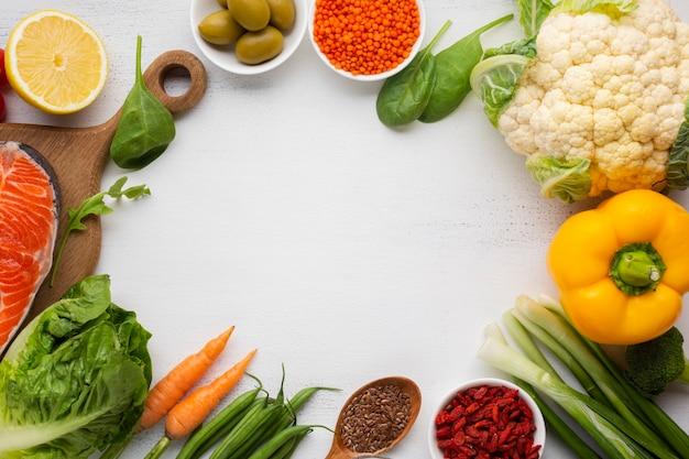 Lebensmittel auf weißem schieferhintergrund