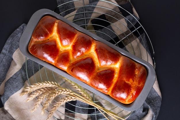 Lebensmittel bäckerei konzept frisch gebackene brioche braided bread laib mit kopie raum