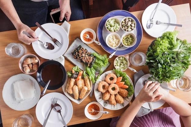 Lebensmittel-catering-küche-kulinarisches feinschmeckerisches abendessen-konzept.