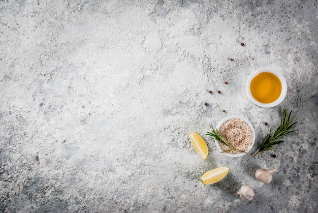 Lebensmittel, das bestandteil, olivenöl, kräuter und gewürze, graues steindraufsicht copyspace kocht