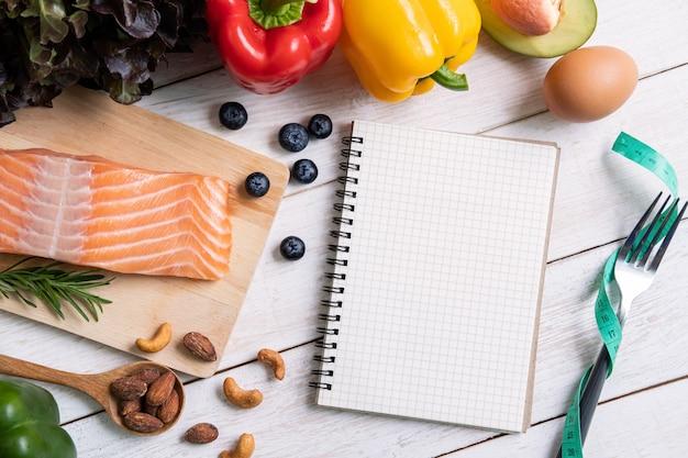 Lebensmittel der gesunden ernährung mit notizbuch und copyspace, ketogene diät, draufsicht