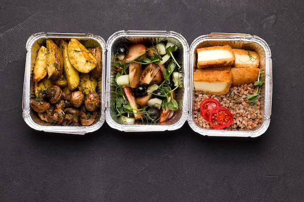 Lebensmittel in behältern. sicht von oben. lieferkonzept