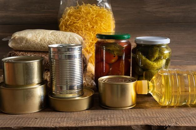 Lebensmittel in einem paket auf einem hölzernen hintergrundlebensmittelkonzept