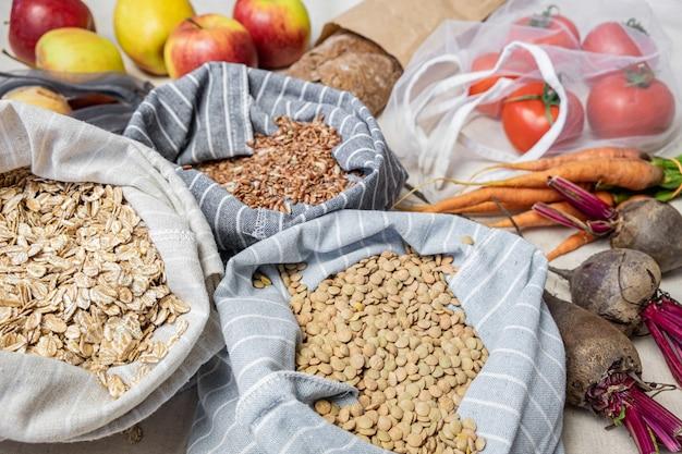 Lebensmittel in wiederverwendbaren beuteln auf naturflachs oder hanf. konzept des null-abfall-ethischen einkaufens