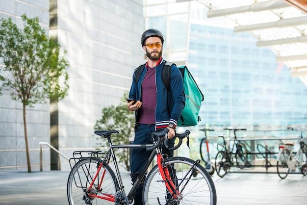 Lebensmittel-lieferservice fahrer, der lebensmittel mit dem fahrrad liefert