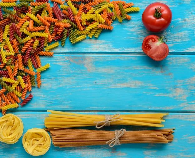 Lebensmittel, makkaroni, pasta, spaghetti. komposition aus nudeln, die als hintergrund verwendet werden können