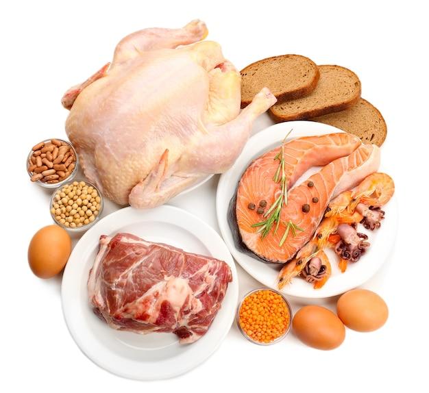 Lebensmittel mit hohem eiweißgehalt auf weiß