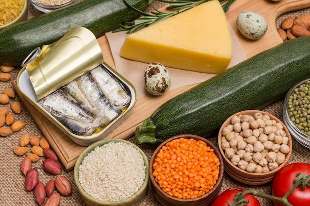 Lebensmittel mit hohem gehalt an fettsäuren, gemüse, käse, sardinen, fisch, nüssen und samen.