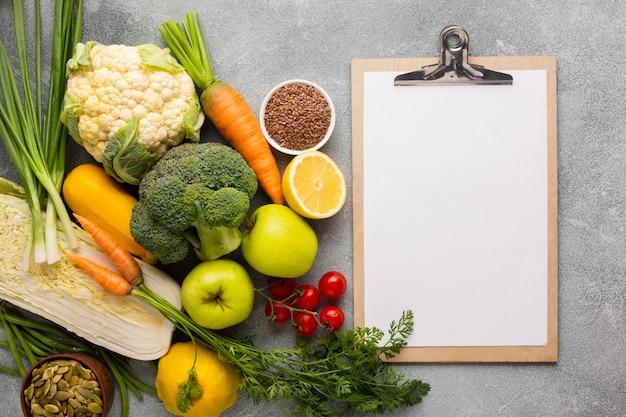 Lebensmittel mit klemmbrett auf schieferhintergrund