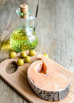 Lebensmittel mit ungesättigten fetten - lachs und olivenöl