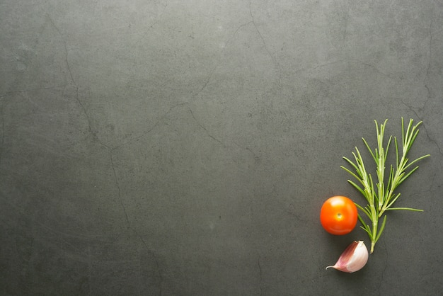 Lebensmittel verspotten rosmarin- und kirschtomaten