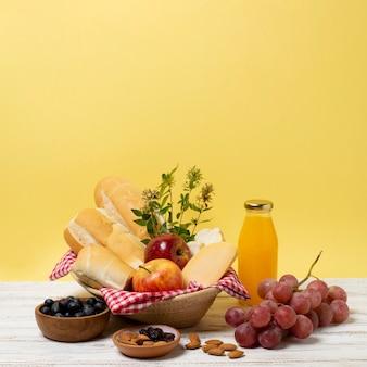 Lebensmittelanordnung auf weißem holztisch