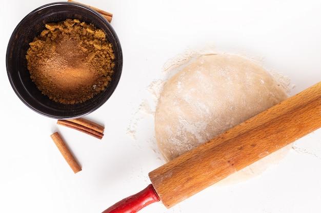 Lebensmittelbackkonzept-bäckereivorbereitung prüfte brotteig für brot oder zimtgebäck auf weiß