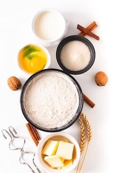Lebensmittelbackkonzept-bäckereivorbereitung und -bestandteile für machen brotteig auf weiß