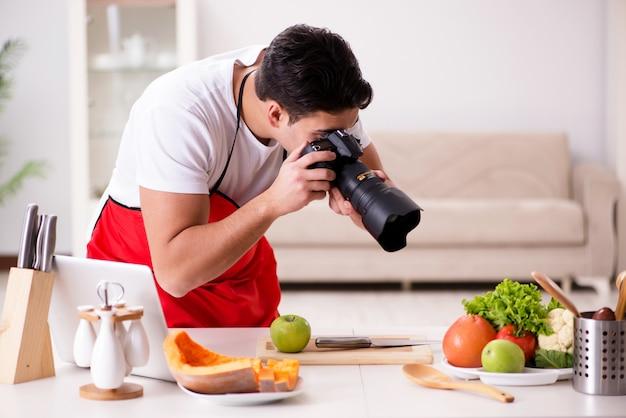 Lebensmittelblogger, der in der küche arbeitet