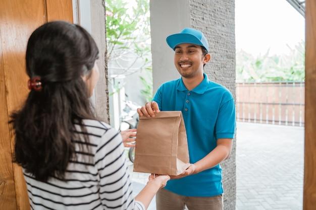 Lebensmitteleinkauf an kunden geliefert