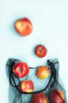 Lebensmitteleinkauf mit mehrzwecktasche zur reduzierung des ökologischen fußabdrucks