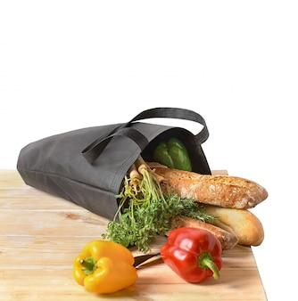Lebensmitteleinkauf ohne abfall. öko-naturtaschen mit obst und gemüse in der tasche, umweltfreundliches konzept.