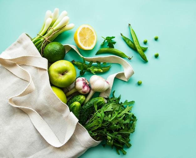 Lebensmitteleinkauf ohne abfall. öko-naturtaschen mit obst und gemüse, umweltfreundlich, flach gelegt.