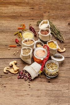 Lebensmitteleinkaufskonzept ohne abfälle. getreide, nudeln, hülsenfrüchte, getrocknete pilze, gewürze.