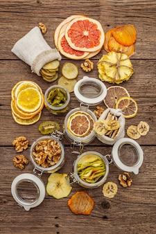 Lebensmitteleinkaufskonzept ohne abfälle. sortiment von getrockneten früchten, walnüssen. nachhaltiger lebensstil