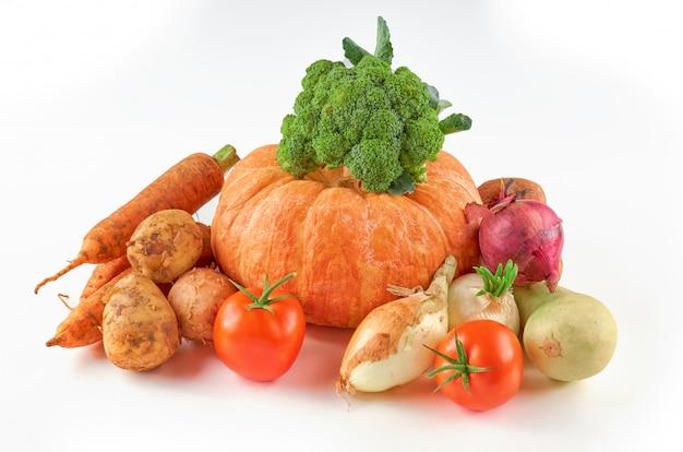 Lebensmittelfoto verschiedene gemüsesorten isoliert weißen hintergrund. bio-lebensmittel hintergrund.
