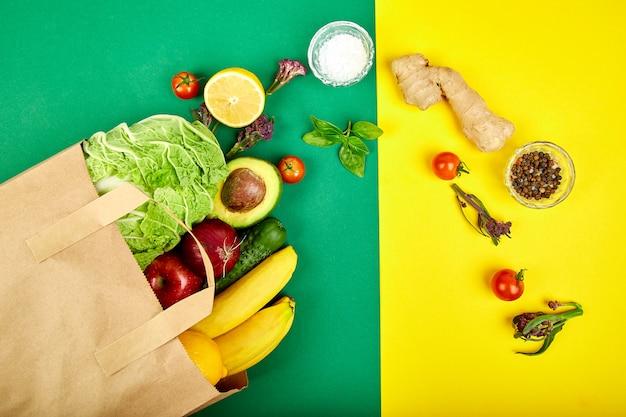 Lebensmittelgeschäft konzept. volle papiertüte mit verschiedenen früchten