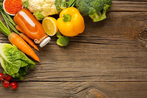 Lebensmittelgeschäfte auf hölzerner tabelle mit kopienraum