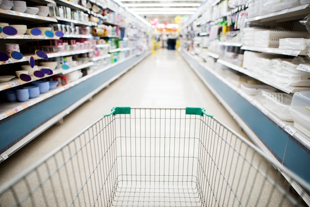 Lebensmittelgeschäftwarenkorb im supermarktgang