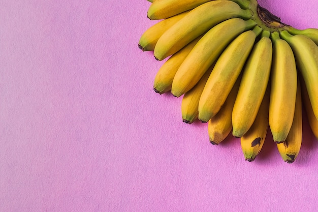Lebensmittelhintergrund mit bananenfrucht auf farbigem pastell; papier.