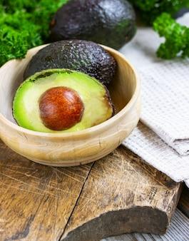 Lebensmittelhintergrund mit frischer bio-avocado