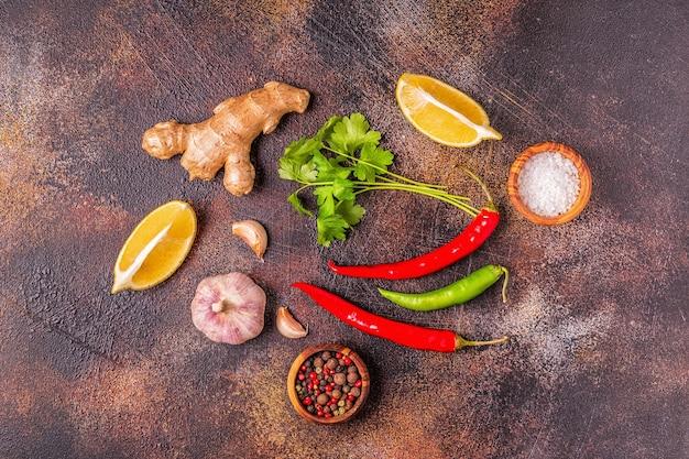 Lebensmittelhintergrund mit gemüse, gewürzen, kräutern
