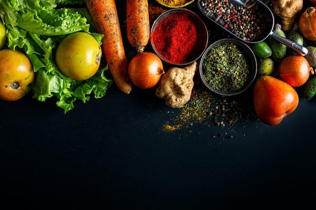 Lebensmittelhintergrund mit gemüse und gewürzen