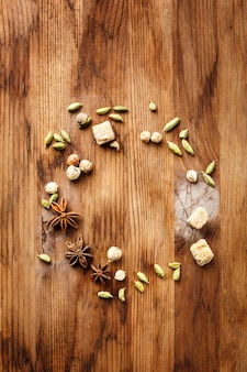 Lebensmittelhintergrund mit gewürzen und zucker