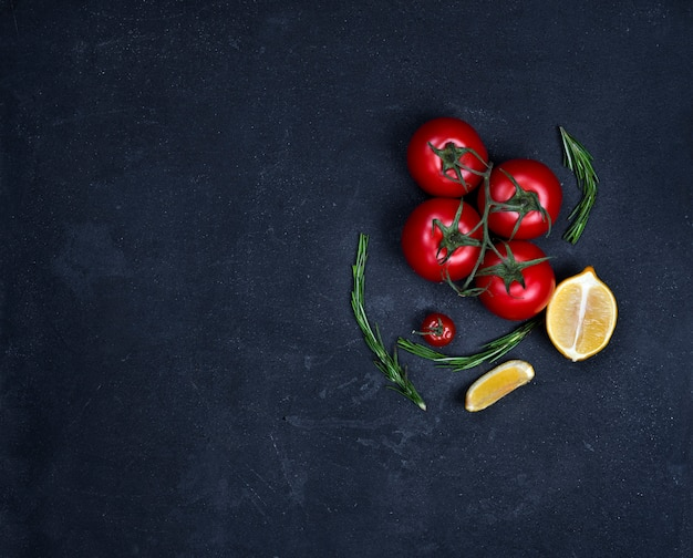 Lebensmittelhintergrund mit kochenden bestandteilen