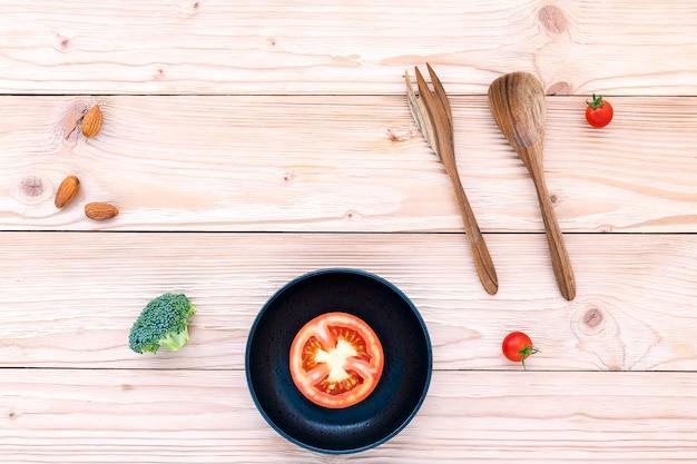 Lebensmittelhintergrund und salatkonzept mit der ebene der rohen bestandteile legen auf weißen hölzernen hintergrund.