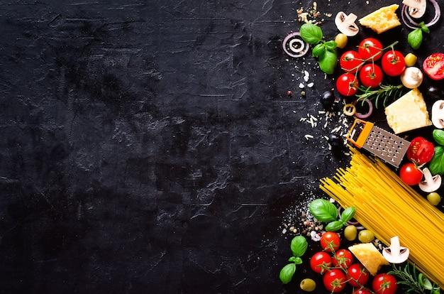 Lebensmittelinhaltsstoffe für italienische teigwaren, spaghetti auf schwarzem hintergrund.