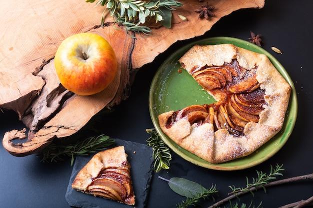 Lebensmittelkonzept frisch gebackene goldene selbst gemachte organische butterartige kruste apfel-galette-kuchens