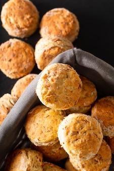 Lebensmittelkonzept frisch gebackenes hausgemachtes butterartiges, salziges schinken- und käsegebäck