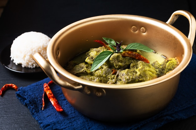 Lebensmittelkonzept thai kokosmilch grünes curry rindfleisch auf schwarzem hintergrund mit kopierraum