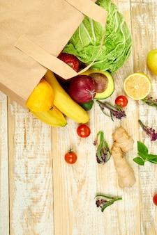 Lebensmittelkonzept. volle papiertüte mit verschiedenen früchten