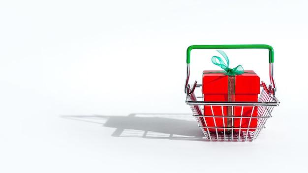 Lebensmittelkorb mit roter geschenkbox auf weiß