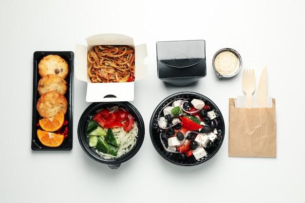 Lebensmittellieferservice. essen in kisten zum mitnehmen an der weißen wand