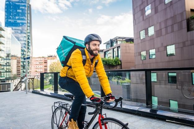 Lebensmittellieferservice, fahrer, der lebensmittel mit dem fahrrad an kunden liefert - konzepte zu transport, lebensmittellieferung und technologie