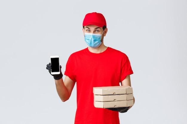 Lebensmittellieferung, anwendung, online-lebensmittelgeschäft, kontaktloses einkaufen und covid-19-konzept. kurier fördern sonderrabatte oder anwendungen für die lieferung nach hause, halten pizza und telefon