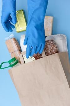Lebensmittellieferung durch coronavirus. freiwillige erhalten. helfen sie beim essen. spendenbox. paket mit lebensmitteln: pflanzenöl, müsli, nudeln, brot.