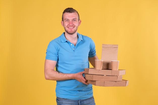 Lebensmittellieferung junger mann in einem blauen t-shirt